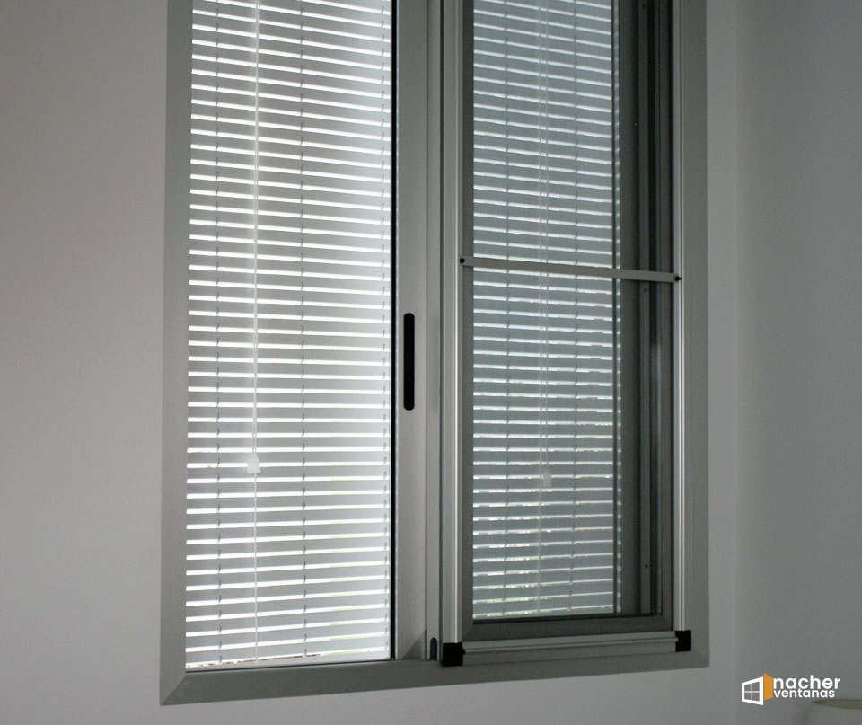 Habitación con ventana mosquitera y cortina